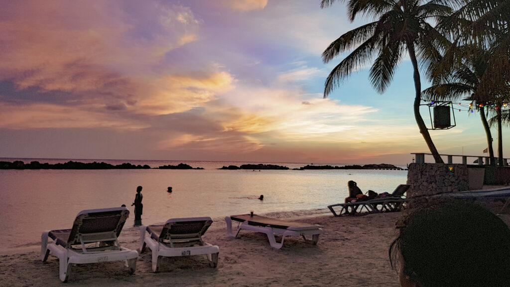 Zonsondergang op Mambo Beach in Curaçao