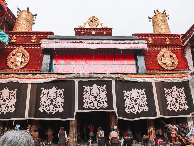 de ingang van de Jokhang tempel in Lhasa Tibet