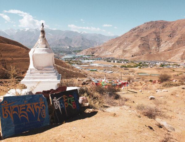 uitzicht op stoepa, maniborden en de Tibetaanse Himalaya's met de Potala Palace in de verte