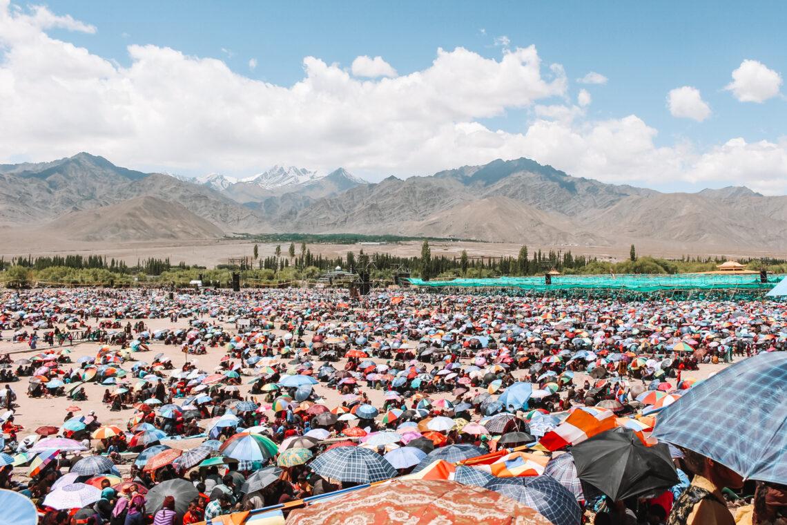 zee van mensen onder kleurrijke parasols in Ladakh tijdens het Kalachakra festival 2014