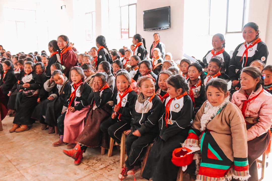 Girl empowerment in actie - Klas vol kleine kinderen in Tibetan School for girls in Golog regio Oost-Tibet