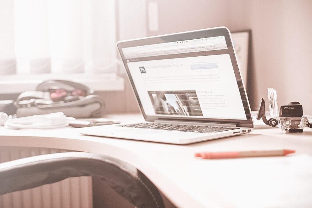 Samenwerken met YourTravelReporter.nl Laptop op bureau