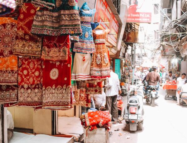 Chandni Chowk smalle straat met sarikraam, 24-uur-in-Delhi-YourTravelReporter.nl