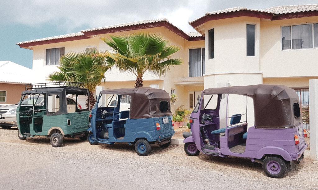Digital nomad worden? Gekleurde Tuk Tuks op Curacao YourTravelReporter.nl