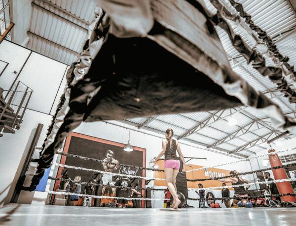vrouw met rose broek in de boksring, Waarom-boksen-je-mentaal-sterker-maakt-YourTravelReporter.nl