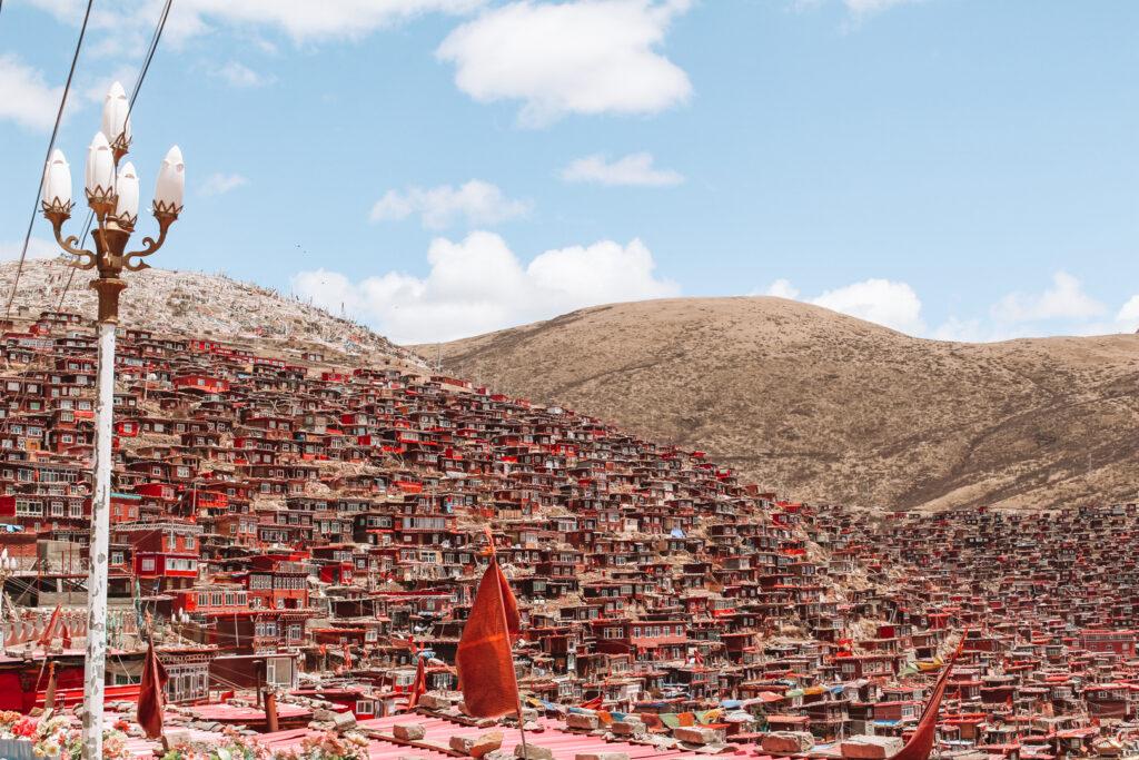 Rode houten huisjes in Larung Gar Oost- Tibet, YourTravelReporter.nl