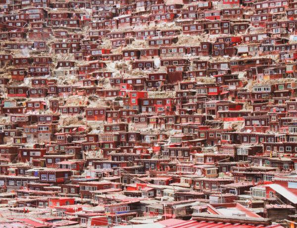 Een zee aan rode houten huisjes in Larung Gar in Oost Tibet, YourTravelReporter.nl