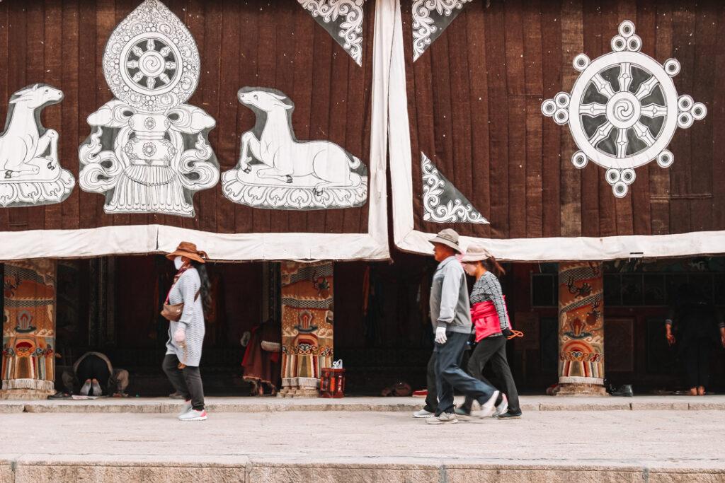Tibetaanse pelgrims voor een klooster, de-mooiste-kloosters-van-Tibet-YourTravelReporter.nl