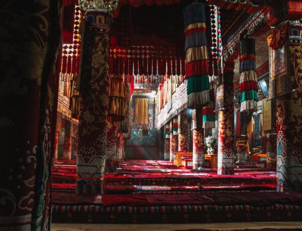 De mystieke binnenhal van een Tibetaanse klooster, De mooiste kloosters van Tibet YourTravelReporter.nl