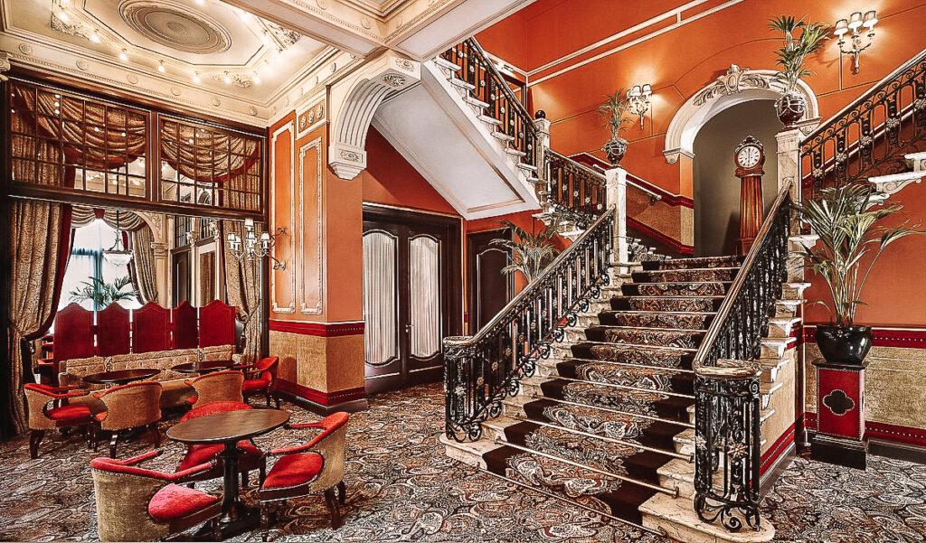 de trappen van het Hotel Des Indes Den Haag YourTravelReporter.nl 16