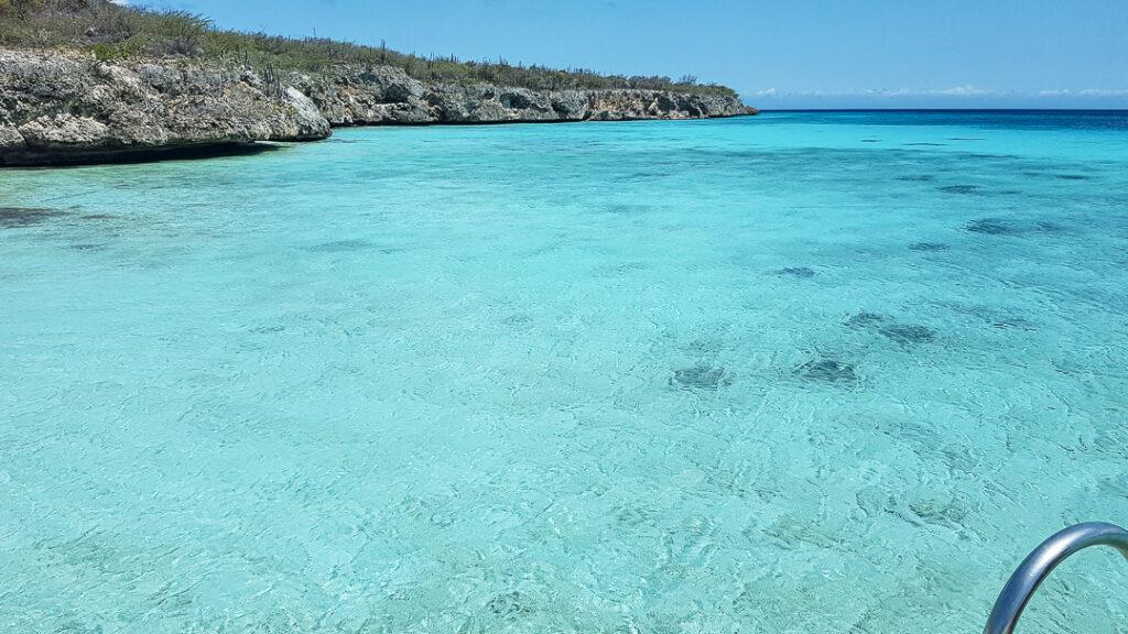 kraakhelder turquoise water bij Playa Porto Marie, de mooiste stranden van Curaçao YourTravelReporter.nl