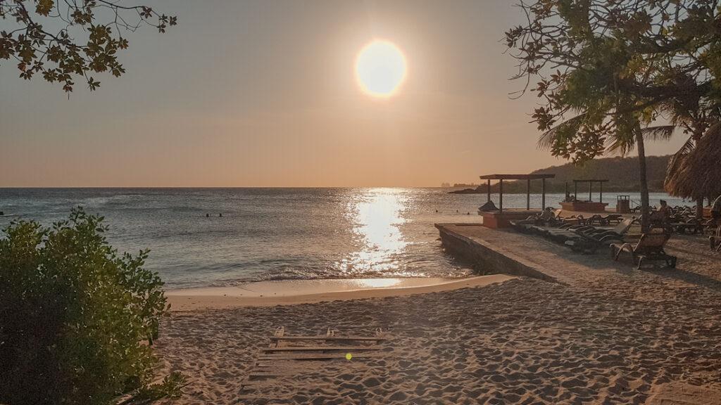 de ondergaande zon bij Jan Thiel Beach-Papagayo-Beach-Hotel-het-mooiste-hotel-op-Curacao-met-infinity-pool-YourTravelReporter.nl