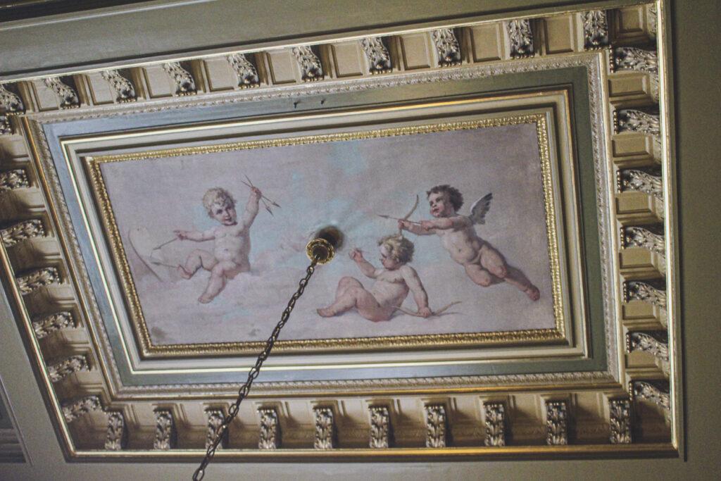 Engeltjes aan het plafond van de Koninklijke wachtkamer in Den Haag